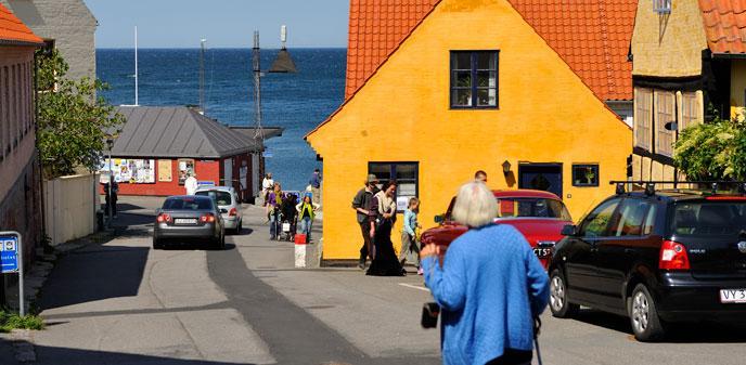 Mennesker-i-Broeddegade_Gudhjem-Turistinformation