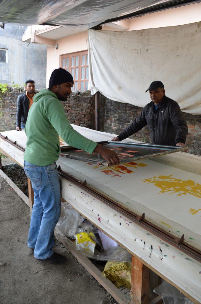 Printværkstedet i Nepal hvor alle Hoddans printede tørklæder bliver farvelagt. Det er lag nummer 2 af Burgundiatørklædet der ses i produktionen.